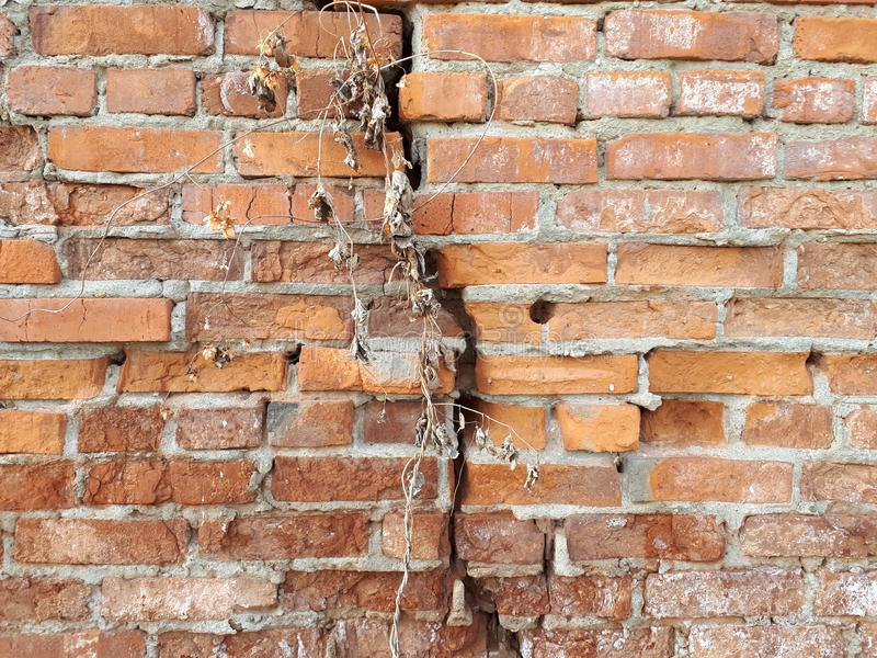 Τούβλινος τοίχος με τη ρωγμή στοκ εικόνα με δικαίωμα ελεύθερης χρήσης