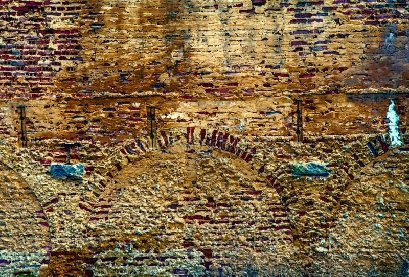 Τούβλινος τοίχος στο εγκαταλειμμένο παλαιό εργοστάσιο στοκ φωτογραφίες