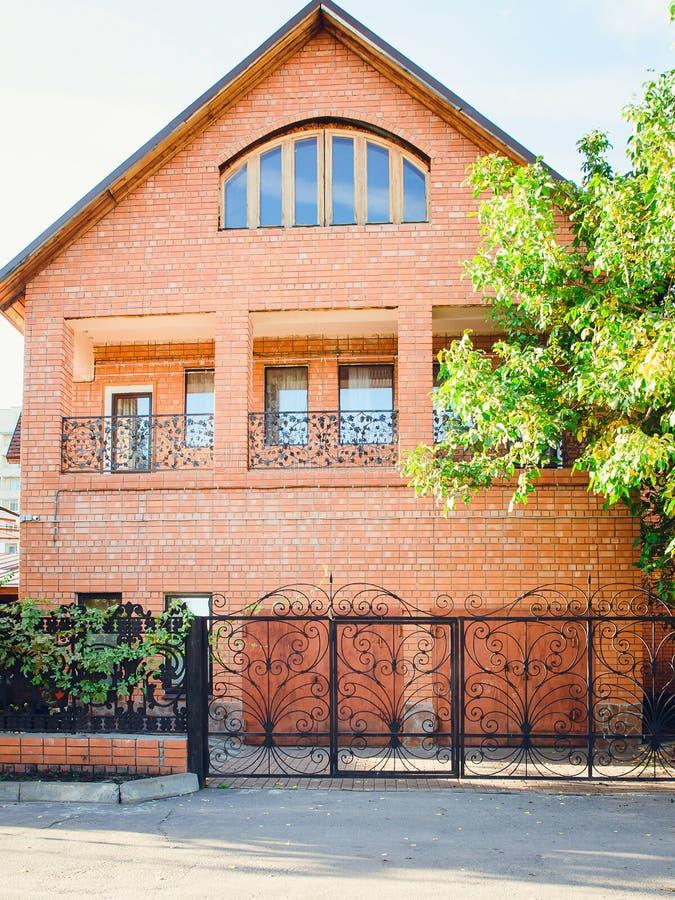 Τούβλινο σπίτι, μπροστινή άποψη στοκ εικόνα με δικαίωμα ελεύθερης χρήσης