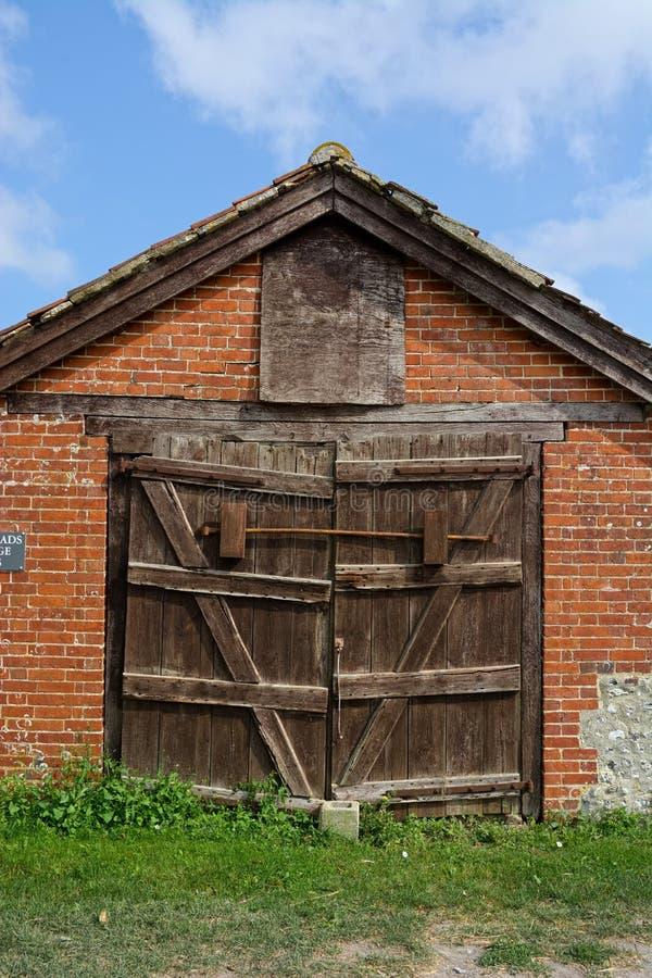 Τούβλινο χτισμένο παλαιό γκαράζ Ξεπερασμένες πόρτες στοκ φωτογραφίες