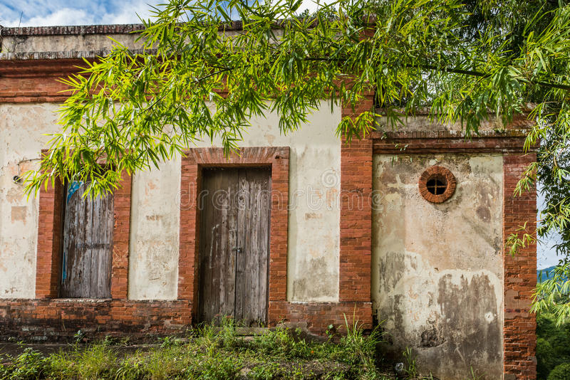 Τούβλο και συγκεκριμένη δομή κατά μήκος του δρόμου με την παλαιά ξύλινη πόρτα στοκ φωτογραφίες
