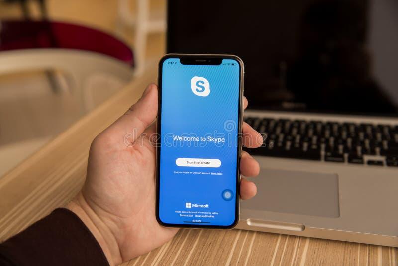 Τούλα, Ρωσία - 28 Νοεμβρίου 2018: Χέρια που χρησιμοποιούν το έξυπνο τηλέφωνο που παρουσιάζει σελίδα συμφωνίας Skype Το Skype είνα στοκ φωτογραφία με δικαίωμα ελεύθερης χρήσης