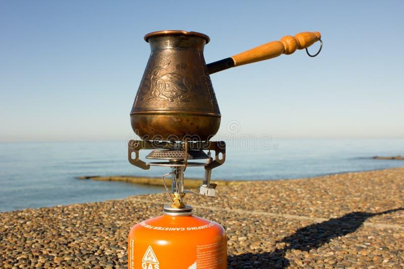 Τούρκος με τον καφέ σε έναν καυστήρα αερίου στοκ εικόνα