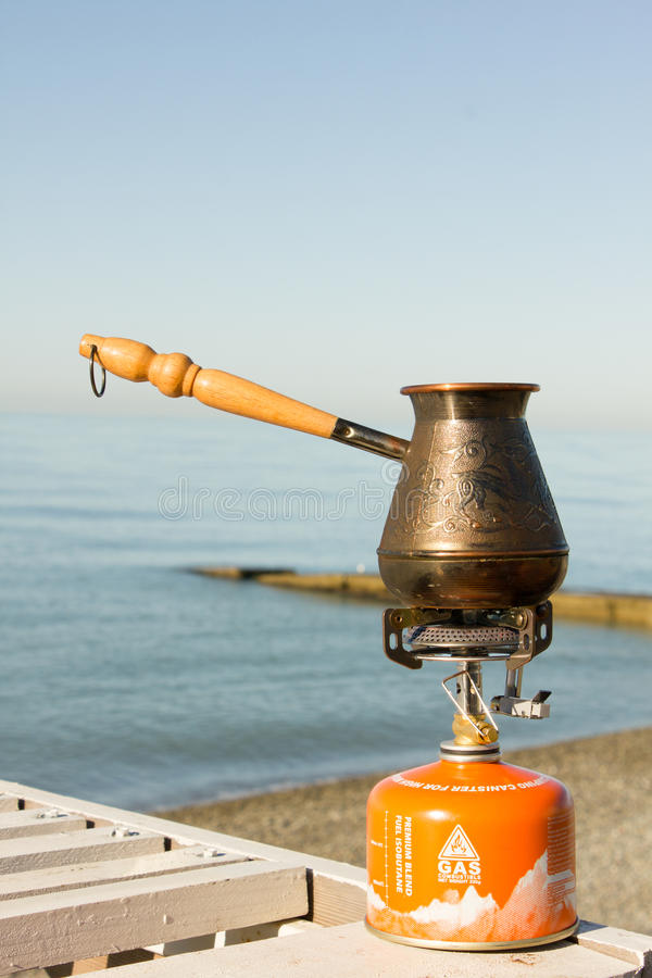 Τούρκος με τον καφέ σε έναν καυστήρα αερίου στοκ φωτογραφίες με δικαίωμα ελεύθερης χρήσης
