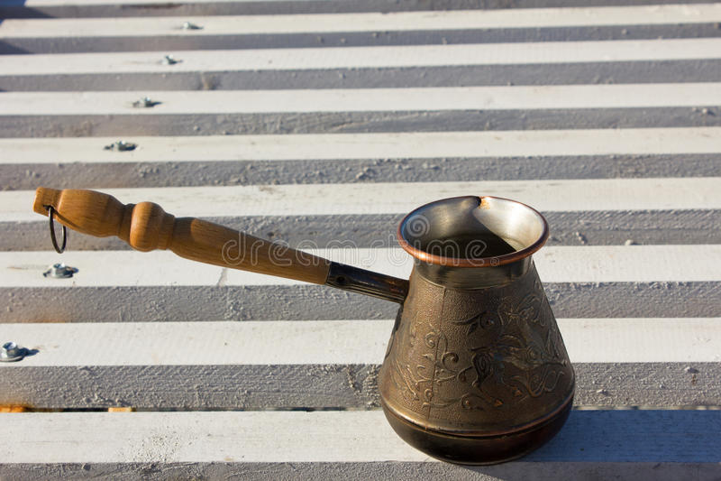 Τούρκος με τον καφέ στην προκυμαία στοκ φωτογραφία με δικαίωμα ελεύθερης χρήσης