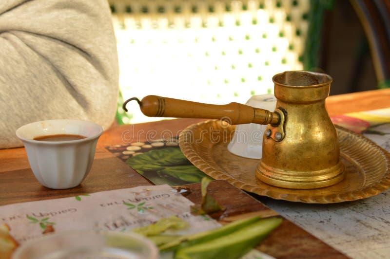 Τούρκος με τον καφέ στον πίνακα στοκ φωτογραφίες