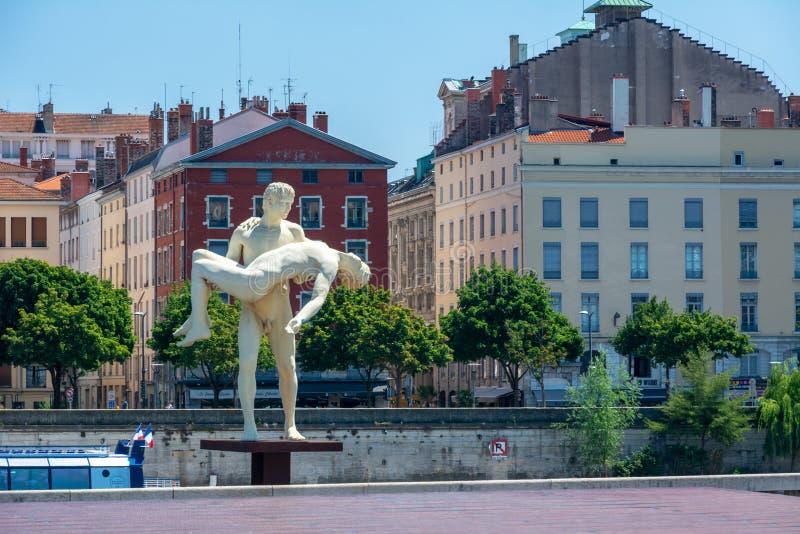 Το άγαλμα το βάρος του ενός μόνου στη Λυών στοκ εικόνες