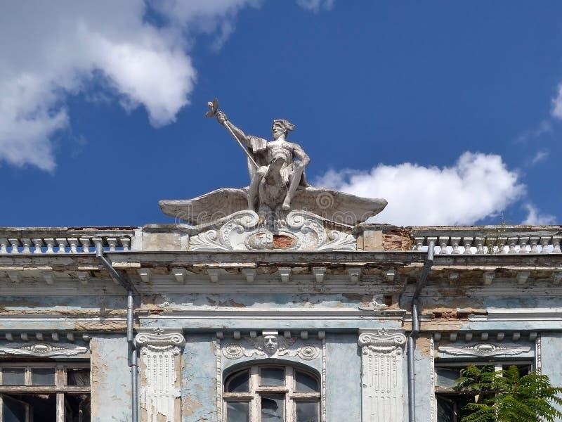 Το άγαλμα ενός ατόμου με ένα φτερωτό κράνος στο κεφάλι του και με ένα προσωπικό στο χέρι του που οδηγά ένα μεγάλο πουλί εξωραΐζει στοκ φωτογραφίες