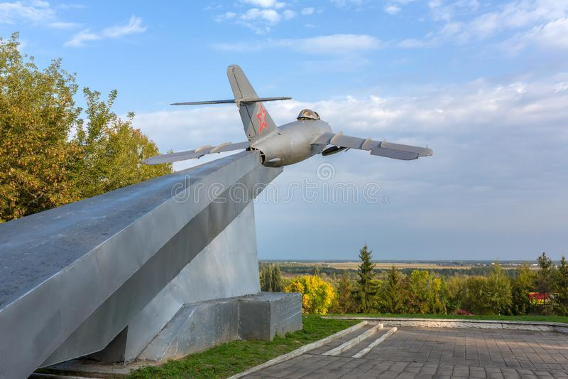 Το άγαλμα ενός παλαιού σοβιετικού πολεμικού αεροσκάφους είναι ένα από τα ορόσημα σε Mozyr στοκ εικόνα με δικαίωμα ελεύθερης χρήσης