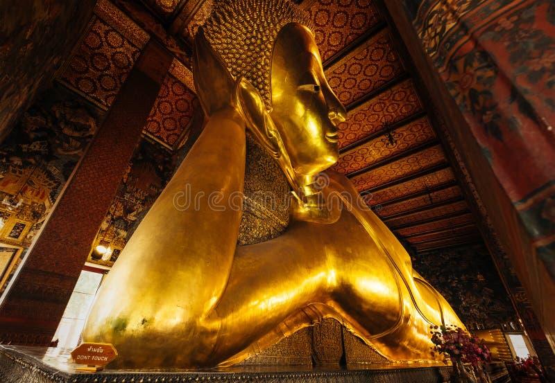 Το άγαλμα που βρίσκεται του ξαπλώνοντας Βούδα στο ναό Μπανγκόκ Ταϊλάνδη Pho pho Wat, αντιπροσωπεύει την είσοδο του Βούδα μέσα σε  στοκ φωτογραφία