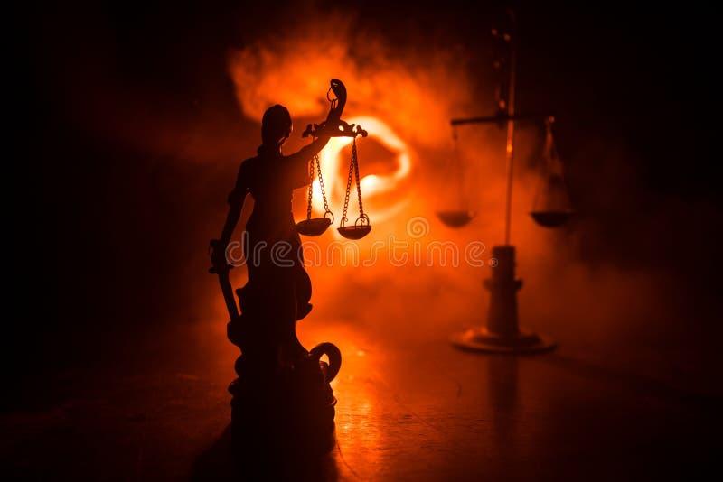 Το άγαλμα της δικαιοσύνης - γυναικείο δικαιοσύνη ή Iustitia/Justitia η ρωμαϊκή θεά της δικαιοσύνης σε ένα σκοτεινό υπόβαθρο πυρκα στοκ φωτογραφίες με δικαίωμα ελεύθερης χρήσης