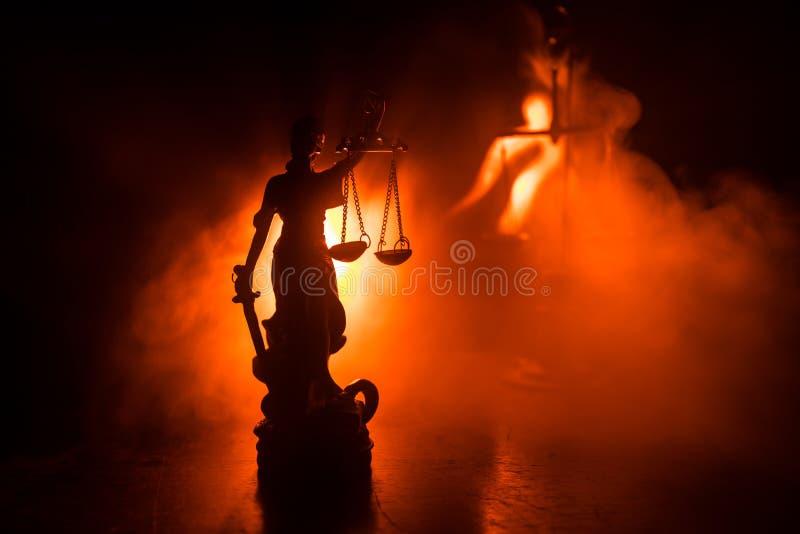 Το άγαλμα της δικαιοσύνης - γυναικείο δικαιοσύνη ή Iustitia/Justitia η ρωμαϊκή θεά της δικαιοσύνης σε ένα σκοτεινό υπόβαθρο πυρκα στοκ φωτογραφία