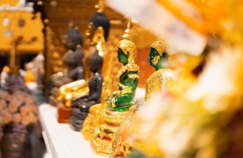 Το άγαλμα του Βούδα νεφριτών whith θόλωσε το χρυσό υπόβαθρο τόνου, εκλεκτική εστίαση στοκ φωτογραφία με δικαίωμα ελεύθερης χρήσης