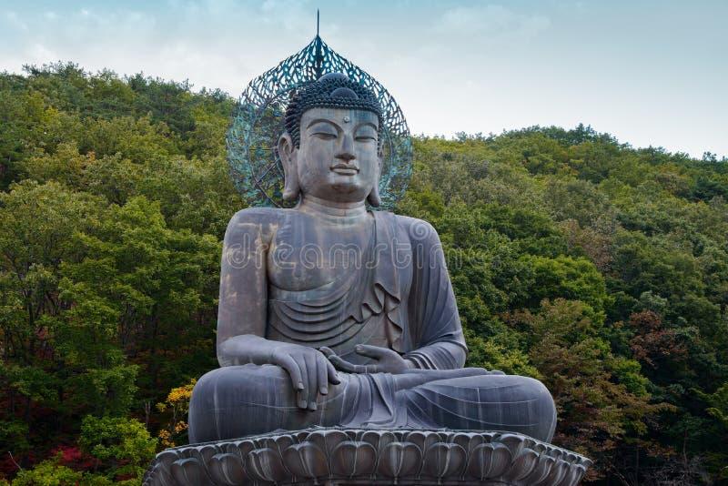Το άγαλμα του Βούδα συνεδρίασης στο εθνικό πάρκο Seoraksan, Νότια Κορέα στοκ φωτογραφία