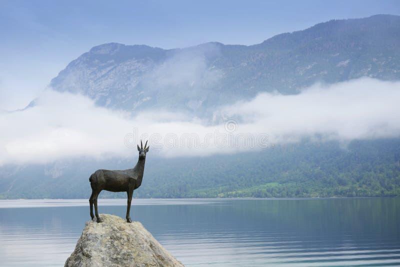 Το άγαλμα του θρυλικών Goldhorn - του Zlatorog - αίγαγροι στην ακτή της λίμνης Bohinj, Σλοβενία στοκ φωτογραφίες