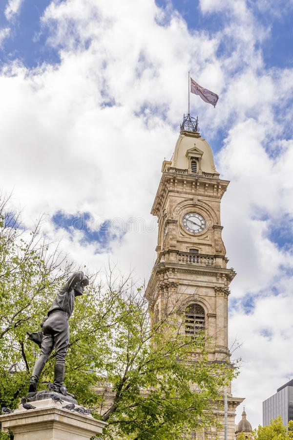 Το άγαλμα του καπετάνιου Charles Sturt Explorer και ο πύργος Βικτώριας της Αδελαΐδα ενάντια σε έναν όμορφο μπλε ουρανό, Αυστραλία στοκ εικόνα