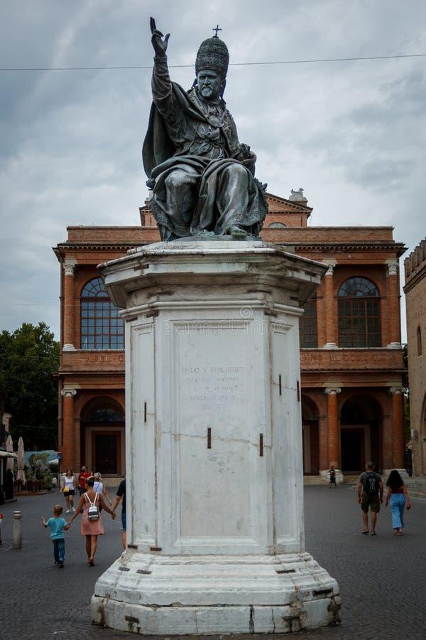 Το άγαλμα του παπά Paul Β στην πλατεία Cavour πλατειών σε Rimini, Ιταλία στοκ φωτογραφίες με δικαίωμα ελεύθερης χρήσης