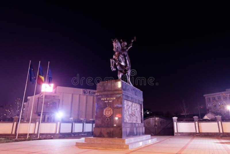 Το άγαλμα του Michael ο γενναίος που φωτίζεται τή νύχτα στοκ εικόνες με δικαίωμα ελεύθερης χρήσης