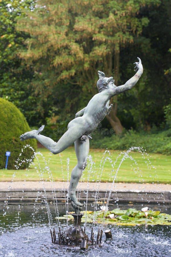 Το άγαλμα υδραργύρου εξουσιάζει την πηγή στο πάρκο Syon Hounslow στοκ εικόνες