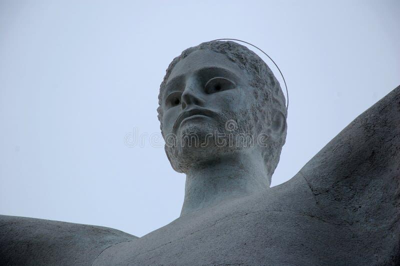 Το άγαλμα Χριστού ο απελευθερωτής Maratea στην κορυφή του βουνού Άγιος Biagio ημέρα Μεγεθυμένος, κινηματογράφηση σε πρώτο πλάνο στοκ εικόνες