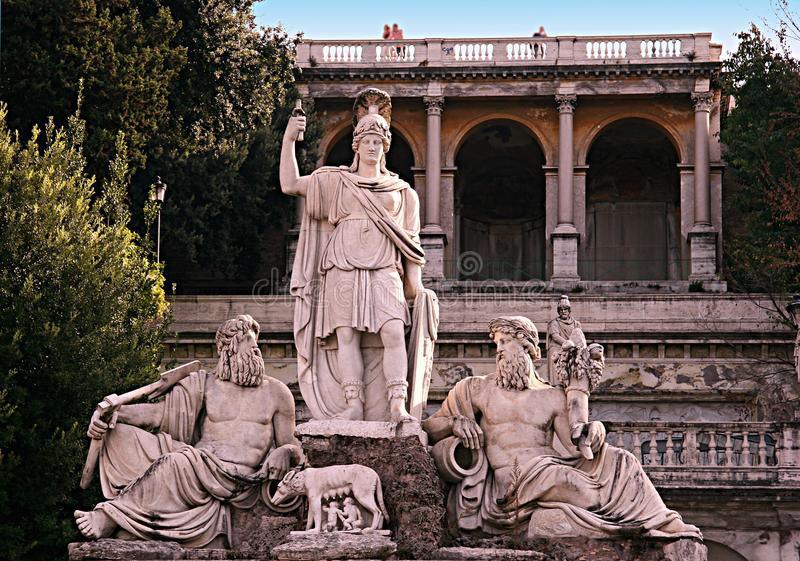 Το άγαλμα Dea Ρώμη Ρώμη, που οπλίζεται με τη λόγχη και το κράνος, στο μέτωπο είναι στοκ φωτογραφία με δικαίωμα ελεύθερης χρήσης