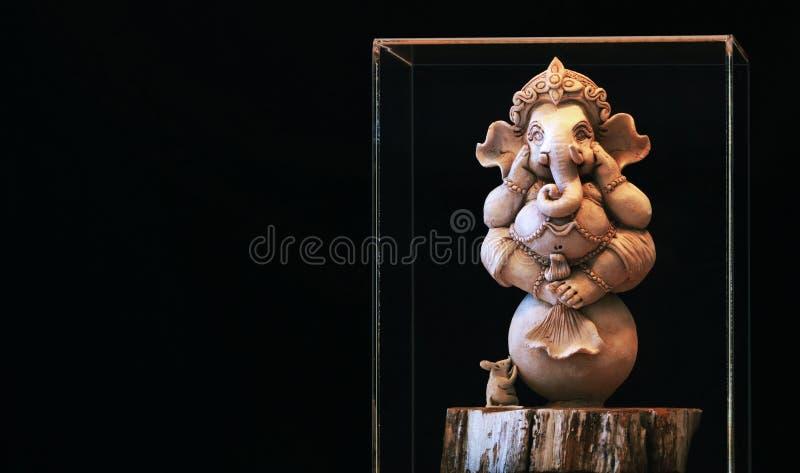 Το άγαλμα Ganesh στο υπόβαθρο είναι μια μαύρη σκηνή στοκ εικόνες με δικαίωμα ελεύθερης χρήσης