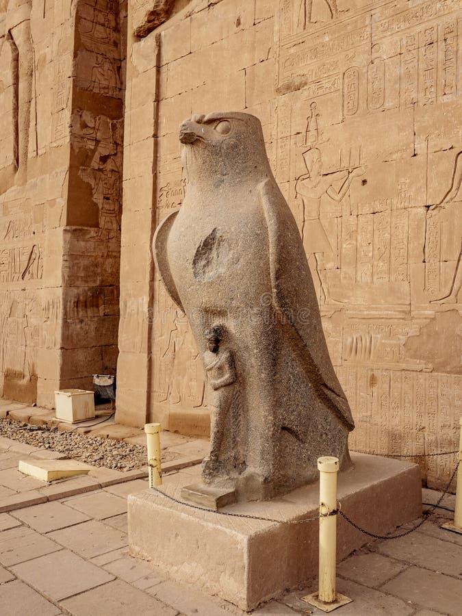 Το άγαλμα Horus Θεών έξω από το ναό Edfu Idfu στην ανώτερη Αίγυπτο στοκ εικόνες