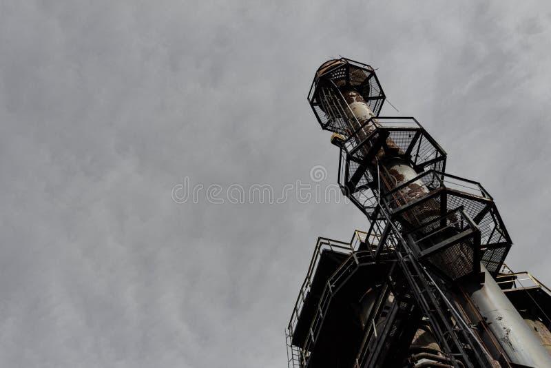 Το άκρο ψάρεψε πρός τα πάνω το σωρό καπνού ενάντια στα σκούρο γκρι σύννεφα, διάστημα αντιγράφων στοκ φωτογραφία με δικαίωμα ελεύθερης χρήσης