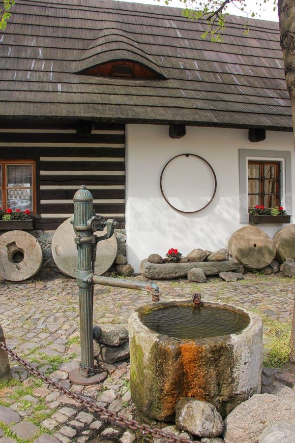 Το άνετο παλαιό μεσαιωνικό στενό προαυλίων η οδός και τα μικρά αρχαία σπίτια σε Novy Svet, περιοχή Hradcany r στοκ εικόνες με δικαίωμα ελεύθερης χρήσης