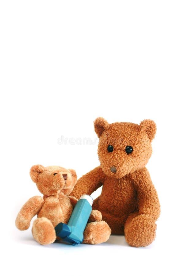 το άσθμα αντέχει τον ψεκασμό teddy στοκ φωτογραφίες