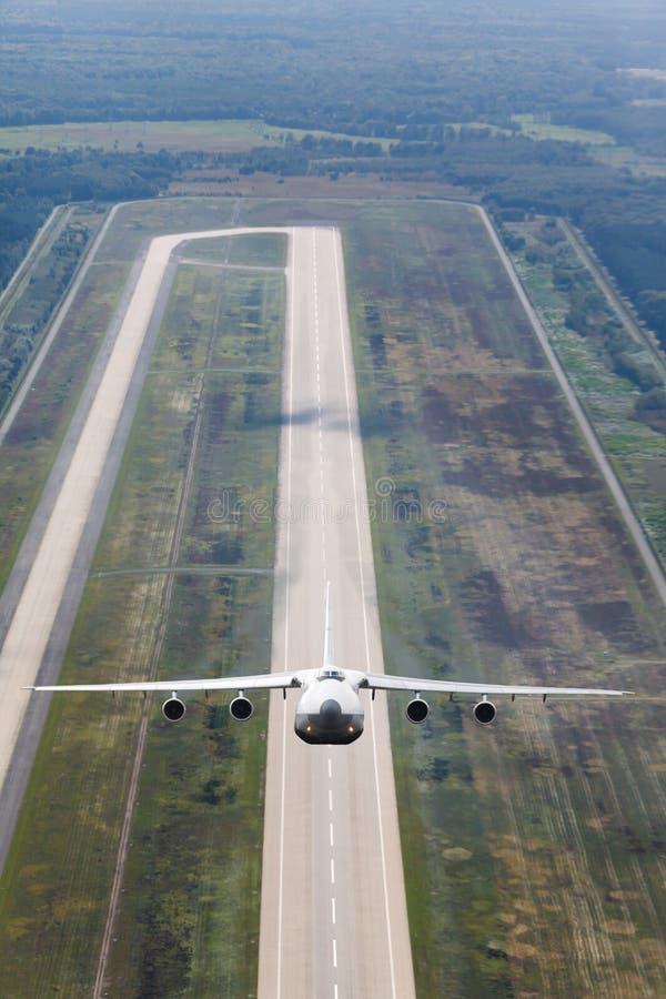 Το άσπρο αεροπλάνο απογειώνεται στοκ εικόνες