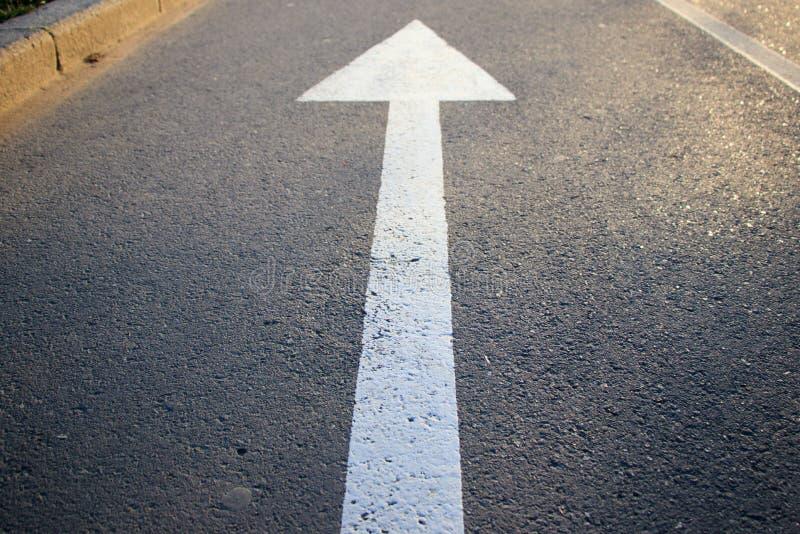 Το άσπρο βέλος που δείχνει την κατεύθυνση στοκ εικόνες