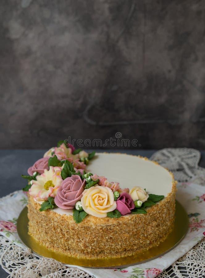 Το άσπρο κέικ μελιού κρέμας που διακοσμείται με το buttercream ανθίζει peonies, τριαντάφυλλα, χρυσάνθεμα, scabiosa στο γκρίζο υπό στοκ φωτογραφίες με δικαίωμα ελεύθερης χρήσης