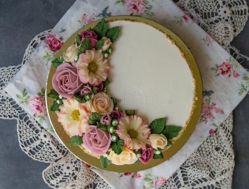 Το άσπρο κέικ μελιού κρέμας που διακοσμείται με το buttercream ανθίζει peonies, τριαντάφυλλα, χρυσάνθεμα, scabiosa στο γκρίζο υπό στοκ εικόνα με δικαίωμα ελεύθερης χρήσης