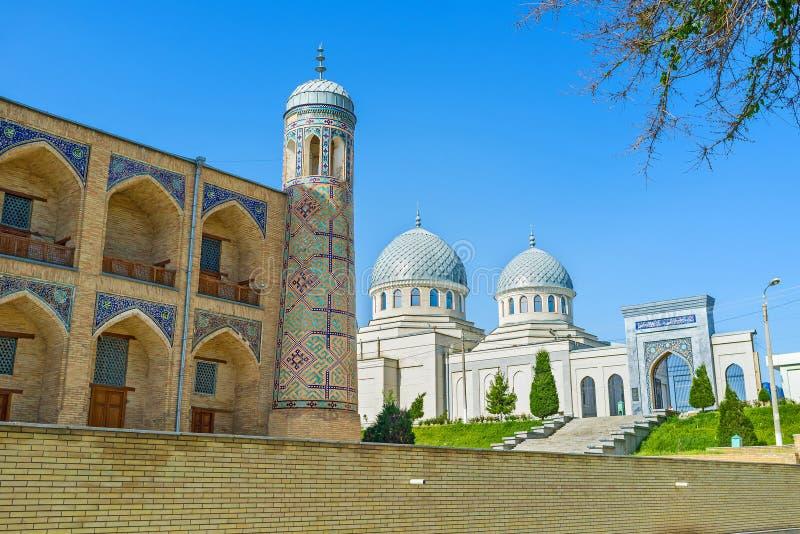 Το άσπρο μουσουλμανικό τέμενος Παρασκευής στοκ εικόνα με δικαίωμα ελεύθερης χρήσης
