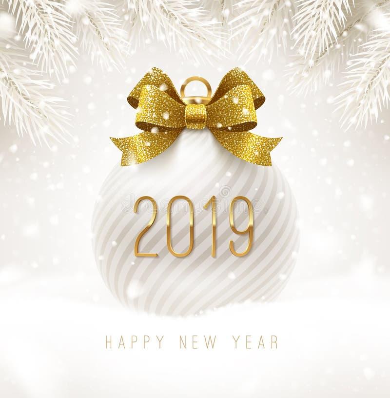 Το άσπρο μπιχλιμπίδι διακοπών με ακτινοβολεί χρυσή κορδέλλα τόξων και νέος αριθμός έτους 2019 Σφαίρα Χριστουγέννων σε ένα χιόνι ελεύθερη απεικόνιση δικαιώματος