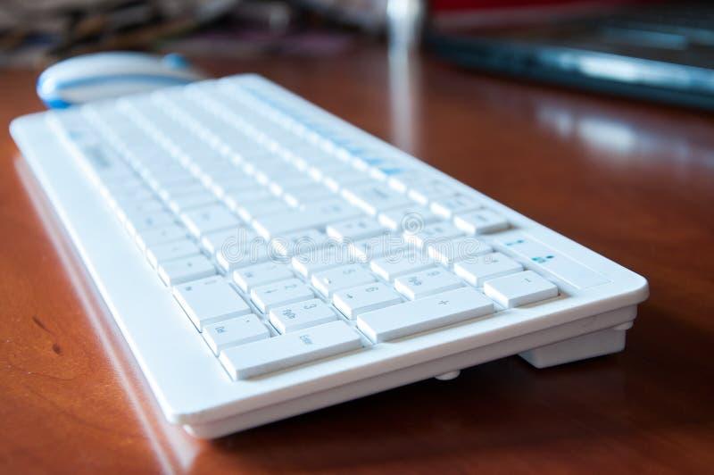 Το άσπρο πληκτρολόγιο από τον υπολογιστή είναι στον πίνακα στοκ φωτογραφία με δικαίωμα ελεύθερης χρήσης
