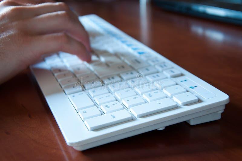 Το άσπρο πληκτρολόγιο από τον υπολογιστή είναι στον πίνακα στοκ φωτογραφία