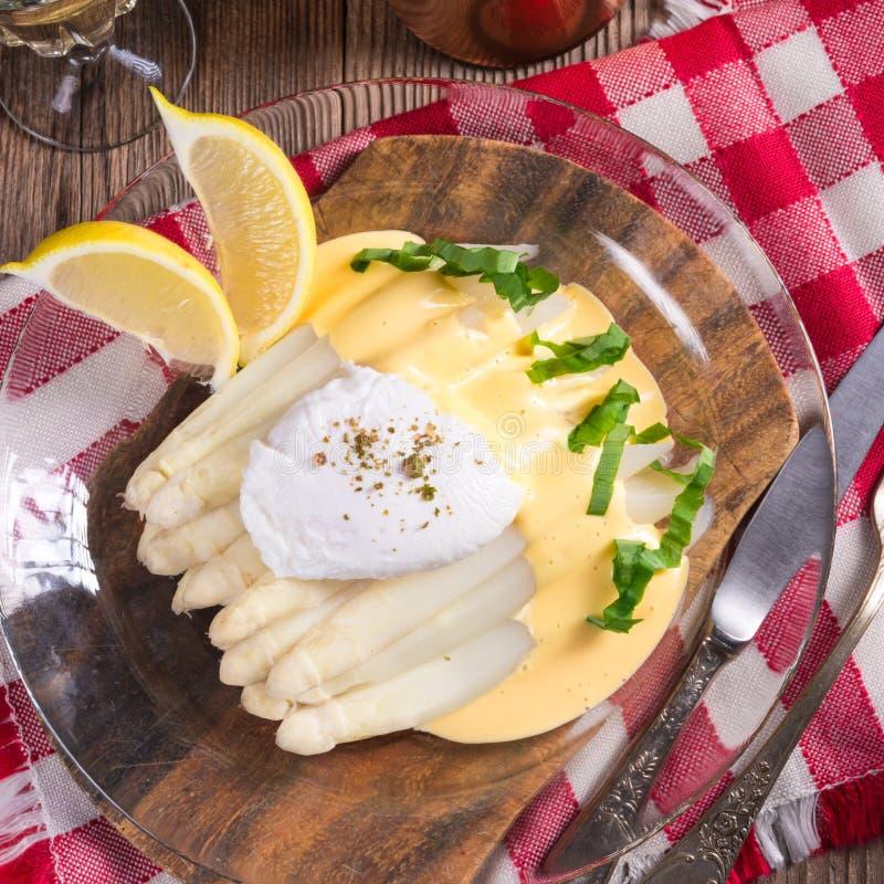 Το άσπρο σπαράγγι που εξυπηρετείται με ένα πρόστιμο η σάλτσα και Poache στοκ φωτογραφίες