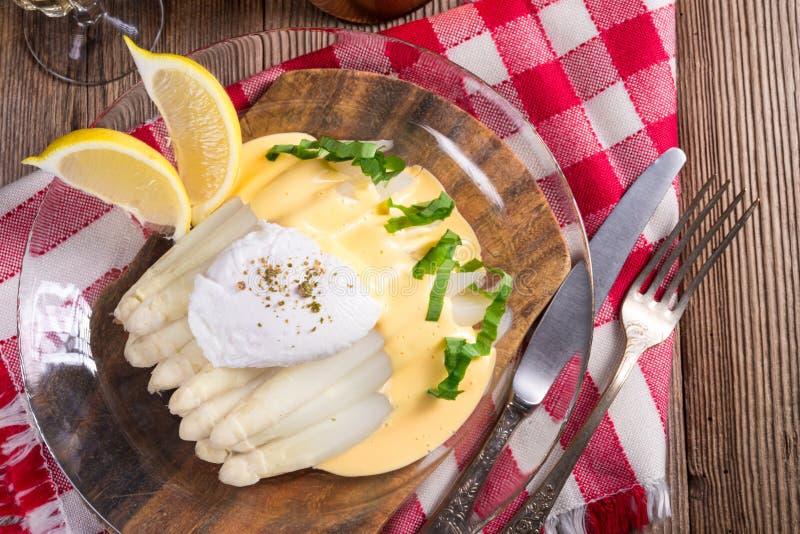 Το άσπρο σπαράγγι που εξυπηρετείται με ένα πρόστιμο η σάλτσα και Poache στοκ φωτογραφία