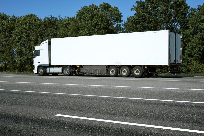 Το άσπρο φορτηγό ανεβαίνει το δρόμο Έννοια μεταφορών φορτίου στοκ εικόνα με δικαίωμα ελεύθερης χρήσης