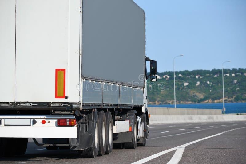 Το άσπρο φορτηγό ανεβαίνει το δρόμο Έννοια μεταφορών φορτίου στοκ εικόνες με δικαίωμα ελεύθερης χρήσης