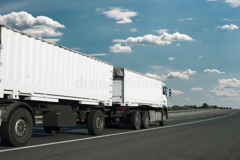 Το άσπρο φορτηγό ανεβαίνει το δρόμο Έννοια μεταφορών φορτίου στοκ φωτογραφία με δικαίωμα ελεύθερης χρήσης