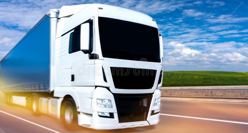 Το άσπρο φορτηγό στο δρόμο στοκ εικόνες με δικαίωμα ελεύθερης χρήσης