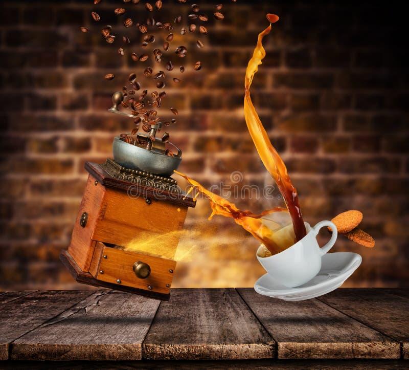 Το άσπρο φλυτζάνι Porcelaine με το ράντισμα του καφέ και του μύλου, θαμπάδα grunge περιτοιχίζει στο υπόβαθρο στοκ φωτογραφία