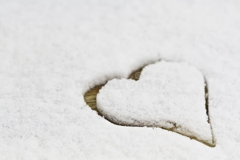 Το άσπρο χιόνι με πνίγει τη μορφή καρδιών στοκ εικόνα με δικαίωμα ελεύθερης χρήσης