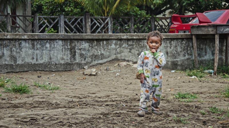 Το άστεγο αυτοώμον μωρό φωνάζει στοκ φωτογραφία