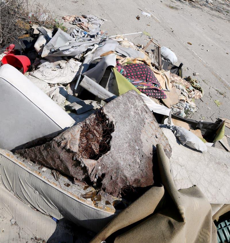 Το άστεγο καταφύγιο με έσπασε τα στρώματα και πολλά απορρίματα στοκ εικόνα με δικαίωμα ελεύθερης χρήσης