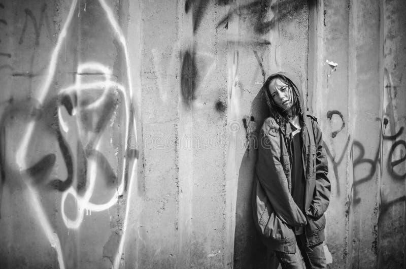 Το άστεγο stilzhizni επαιτών, υγεία, κοινωνικό kontsept- κούρασε, οι φτωχοί, οι άστεγοι, η μόνη γυναίκα στα παλαιά ενδύματα που σ στοκ εικόνες