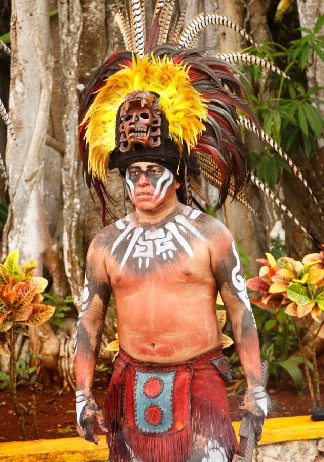 Το άτομο έντυσε σε ένα παραδοσιακό ζωηρόχρωμο των Αζτέκων κοστούμι με τη μάσκα φτερών headress σε Μεξικό-2 στοκ φωτογραφία